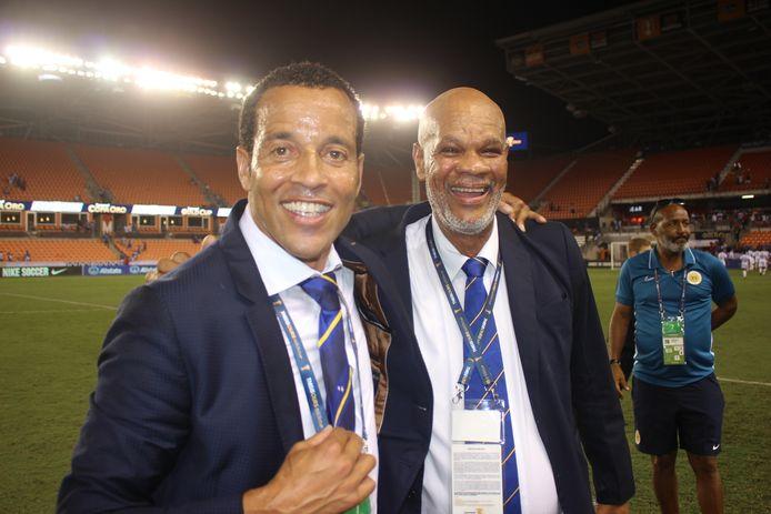 Remko Bicentini als bondscoach van Curaçao, met de toenmalige voorzitter van de bond Jean Francisca.