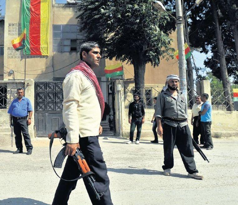 Syrische Koerden na de inname van een stad in de buurt van Aleppo. Beeld afp