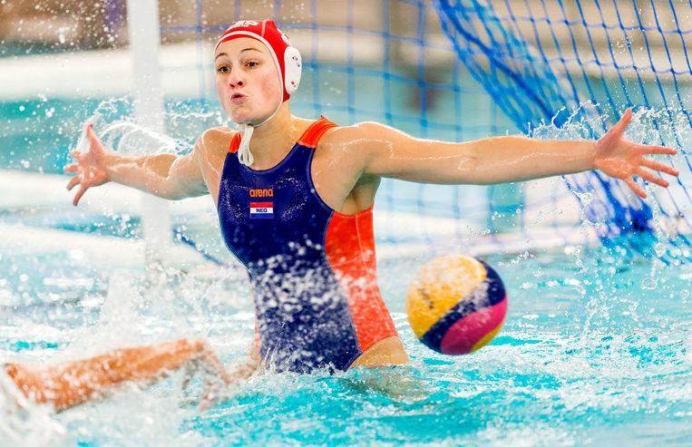 Debby Willemsz van het Nederlandse waterpolo damesteam in actie tijdens de oefeninterland tegen de VS. Beeld null