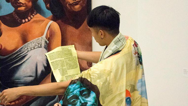 De 'gequeerde' stofjassen en woordensjaals bij het schilderij Vrouwenfiguren (1931-1932) van Charley Toorop. Beeld Olle Lundin