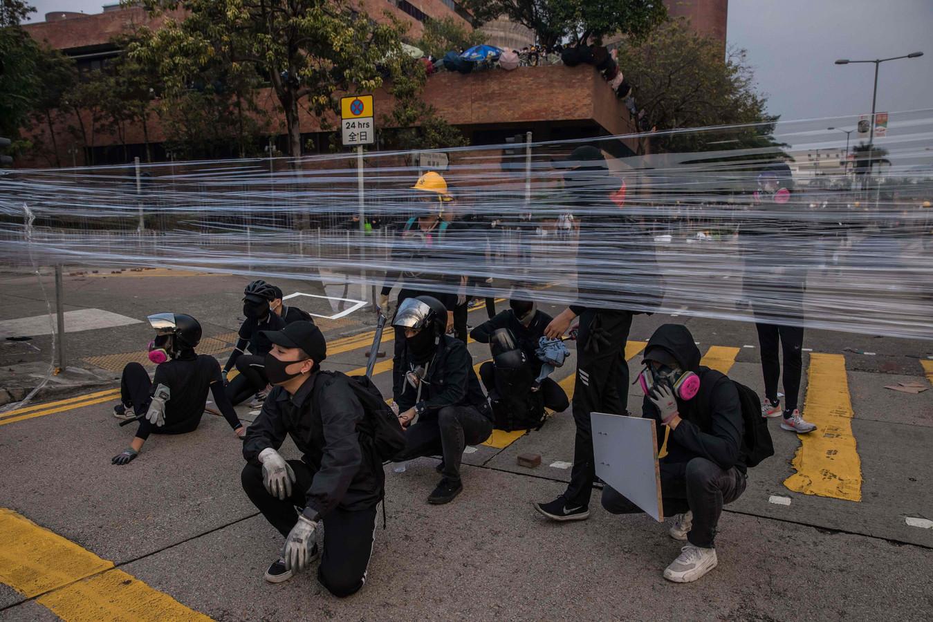Demonstranten werpen wegblokkades op.