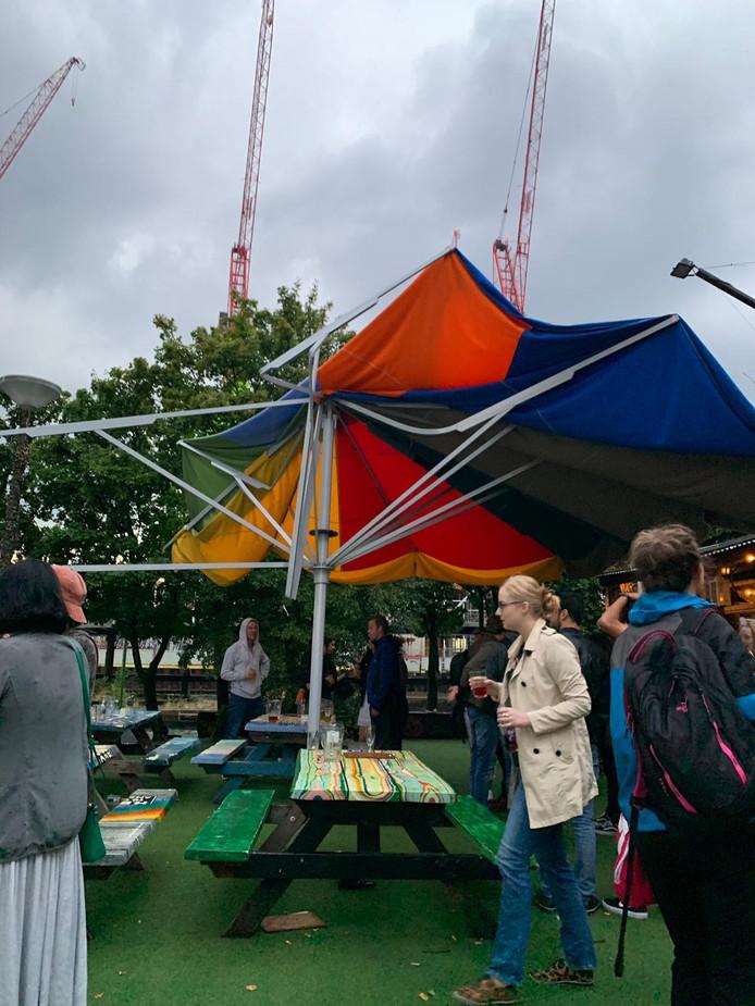 Schade aan parasols van terras Hannekes Boom.