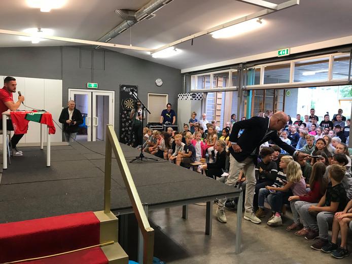 Presentatie NEC-speler Mathias Bossaerts bij basisschool NSV2 in Nijmegen