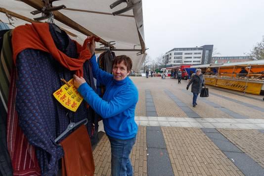 De weekmarkt van Zevenbergen is inmiddels verplaatst naar het plein voor het gemeentehuis. Anja Kiesling is een van de kraamhouders.