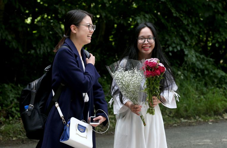 Ook twee studentes en grote fans uit Glasgow kwamen een kijkje nemen. Mét bloemen.