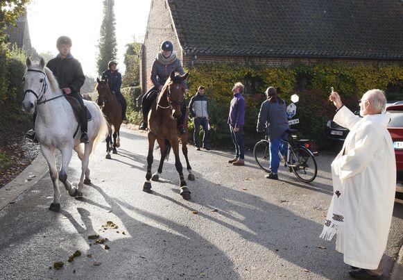Zowel paard als ruiter worden besprenkeld.