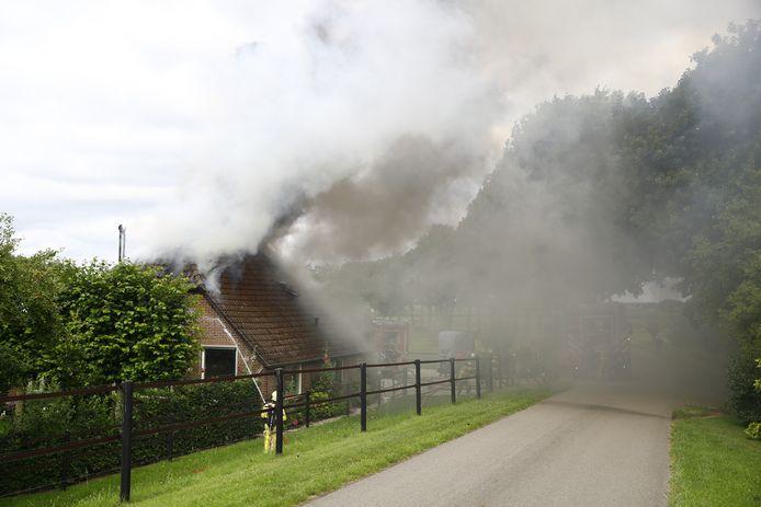 Enorme rookpluimen boven de boerderij.