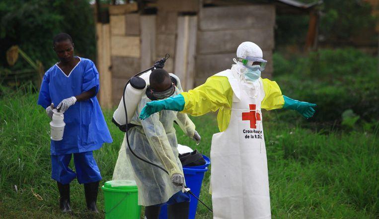 Een verpleegkundige bij een behandelingscentrum voor ebola (archiefbeeld).