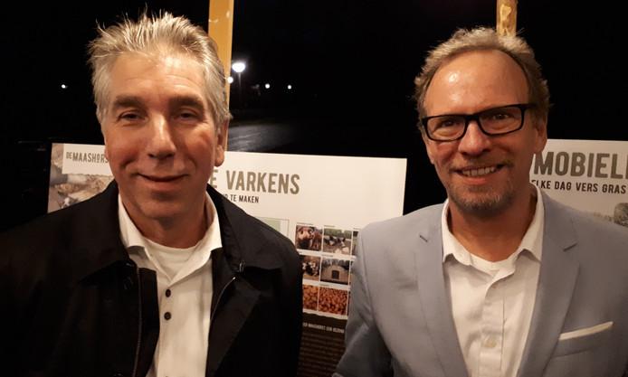 Gedeputeerde Johan van den Hout (rechts) en BrabantZorg-bestuurder Adrie van Osch bij infopanelen over de nieuwe pluk- en voedseltuin bij Nieuwe Hoeven.