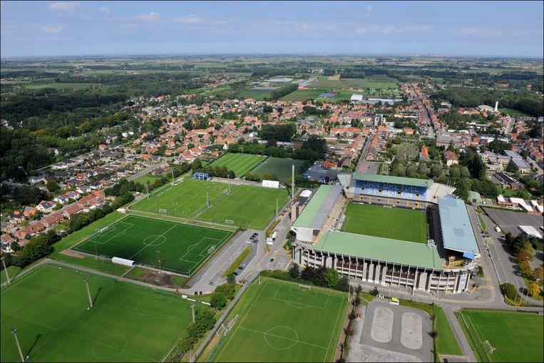 Het huidige stadion - en dus ook het toekomstige - ligt in een dicht bewoond gebied