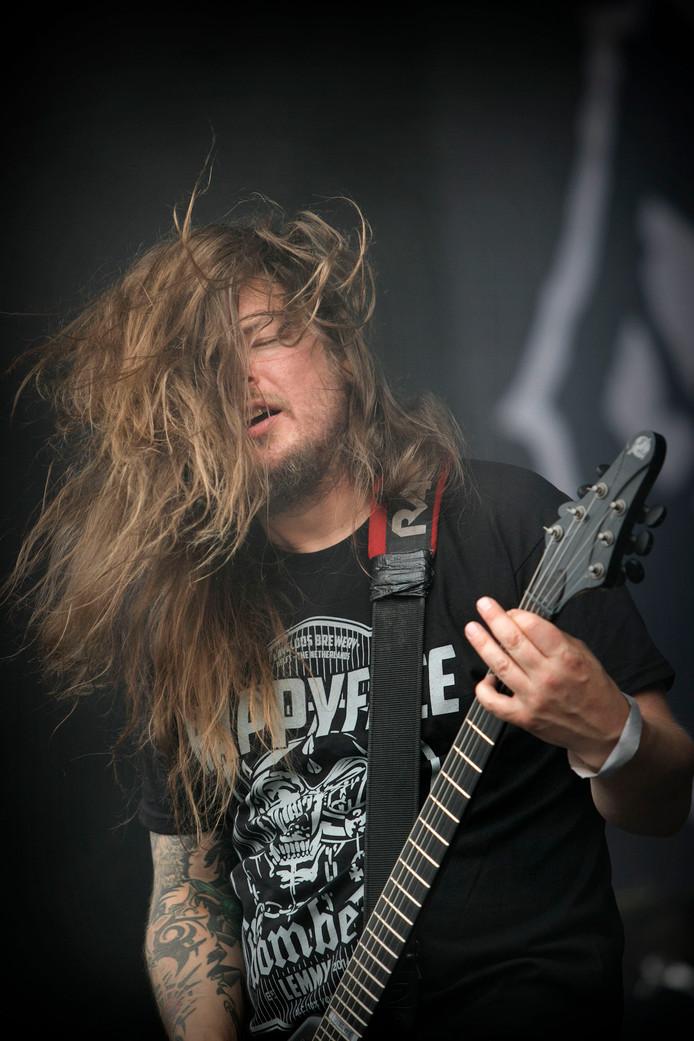 Gitarist Nico Elgstrand van Entombed A.D., zaterdag tijdens Dynamo Metal Fest.