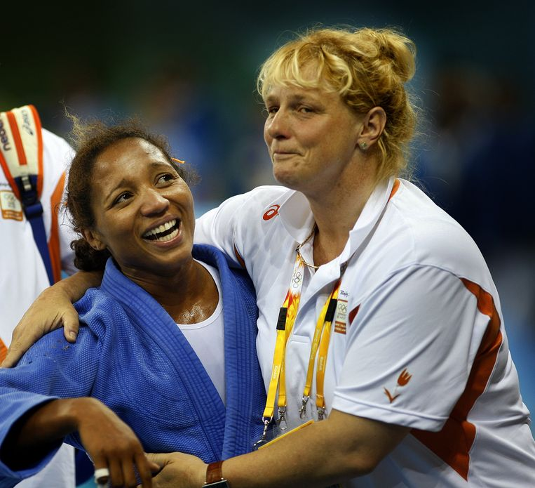 Van Unen met Deborah Gravenstijn na winst van de zilveren medaille op de Olympische Spelen in Peking. Beeld anp