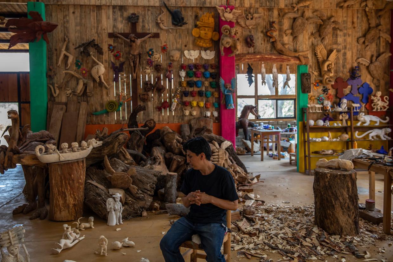 Een houtbewerker zit in zijn atelier in Oaxaca, waar de toeristen halsoverkop zijn vertrokken. Beeld Alejandro Cegarra