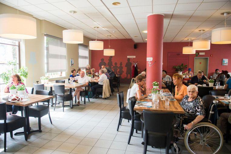 Klanten aan tafel in sociaal restaurant De 7 Schaken.