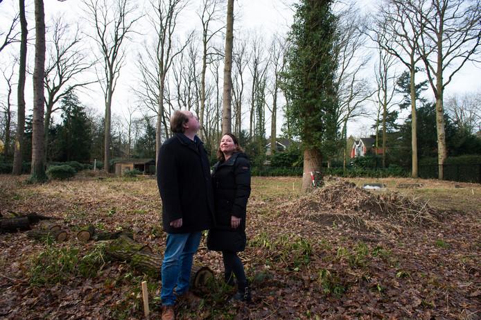 Joris en Moniek Duijsters bij de boom die inmiddels dus is verdwenen.