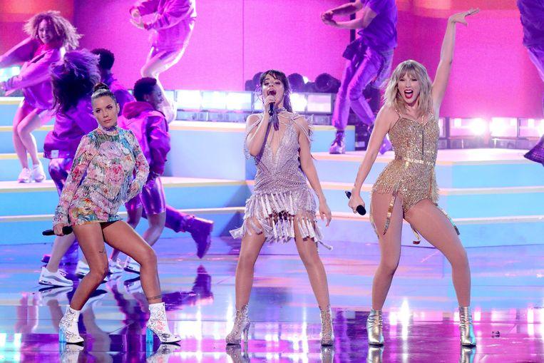 Halsey, Camila Cabello en Taylor Swift stonden samen op het podium.