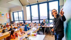 """""""Het is geen mooie meester, hij heeft grijs haar"""": zo brengt Wim Oosterlinck het ervan af als leerkracht"""