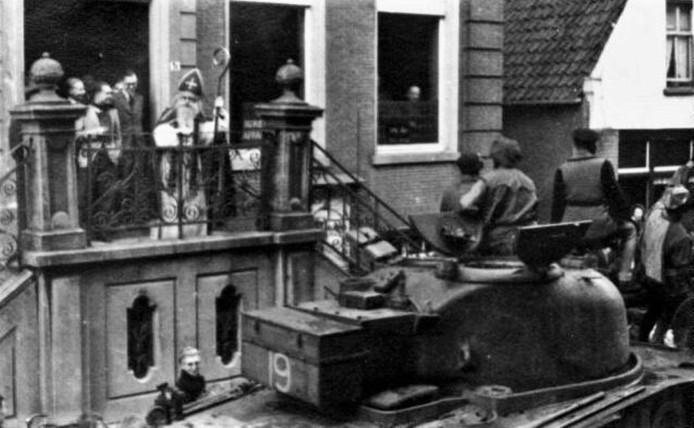 Sinterklaas was terug in Oudenbosch eind 1944. Engelse militairen bevolkten de kloosters om bij te komen van de gevechten elders. Ze paradeerden voor het bordes van het gemeentehuis.