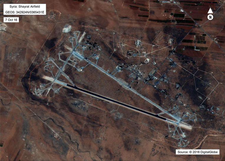 De luchtmachtbasis Al-Sharyat bij Homs. Volgens het Pentagon is bij de kruisrakettenaanval van vorige week, zo'n twintig procent vernietigd van de operationele vliegtuigen van de Syrische luchtmacht. Volgens Moskou en Damascus is dit onzin. Beeld AFP