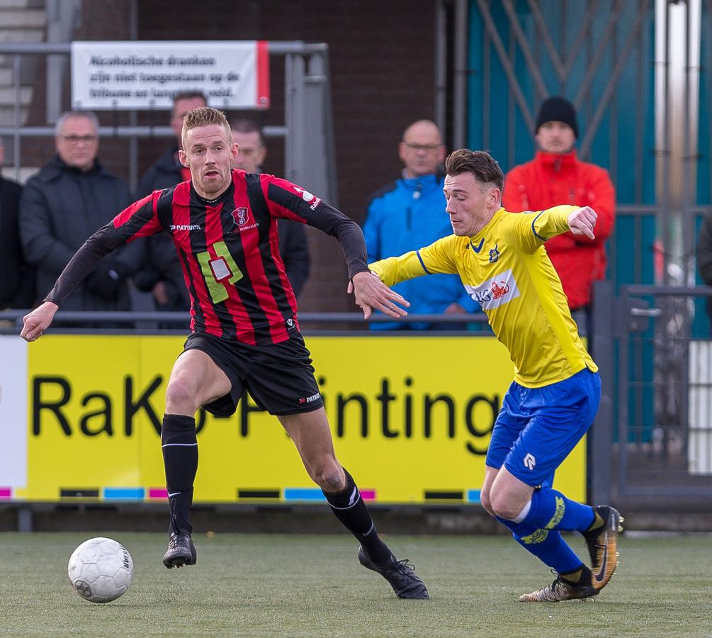 Sam van Doremalen (links) in actie voor OJC Rosmalen in het duel met Dongen.