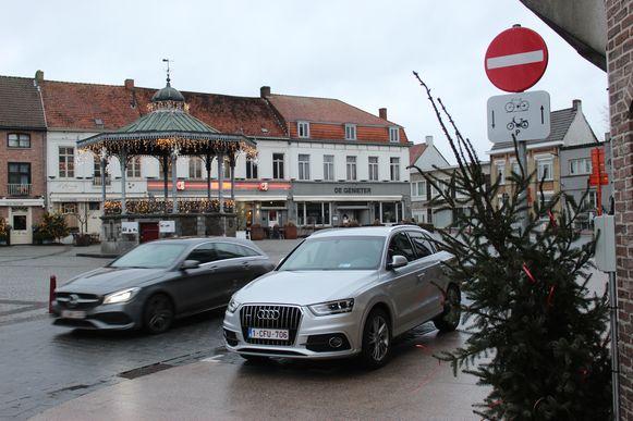 Een piepklein verkeersbord op de Markt van Aalter.