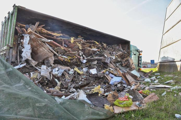 De gekantelde vrachtwagen in Prinsenbeek.