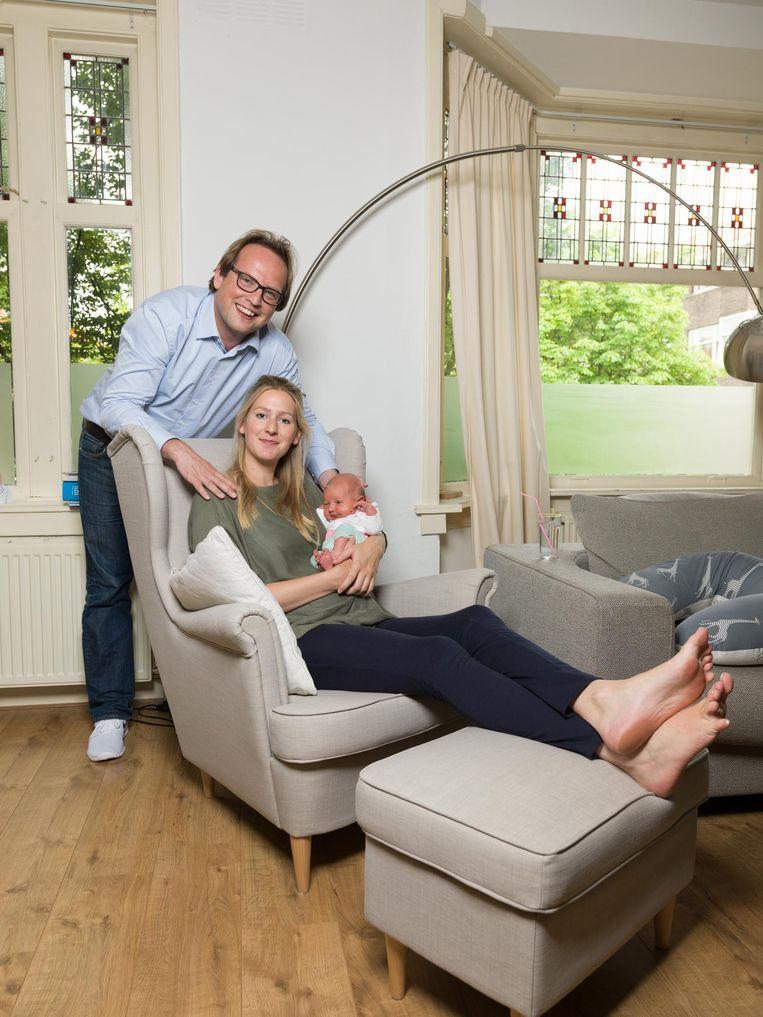 Ronald van Workum (31), Anne Marijn van Workum-Bakker (29), Dominique (1 week). Wonen in Zuid, verhuizen in december naar Driebergen. Beeld Ivo van der Bent