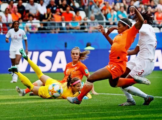 Lineth Beerensteyn glijdt de 2-1 binnen tegen Canada.
