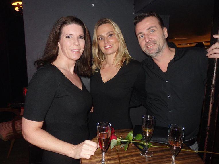 Erotisch schrijfster Rebecca Robijn en Alicia (Miss Seks and the Suburbs), die met haar man Chris voor Oh de Womanizer heeft getest. Het beviel Beeld Schuim