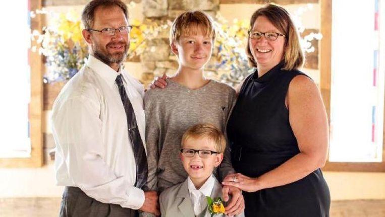 Jacob Remaley (midden) met links zijn vader David, rechts moeder Dana en voor hem zijn jongere broertje Caleb.