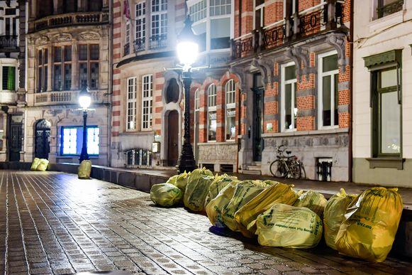 Ook de Grote Markt moet aan charme inboeten door de massa vuilniszakken die er staan te wachten om opgehaald te worden.
