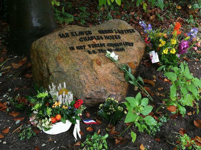 Door de coronapandemie is de herdenking van de fusillade aan de Velpse Pinkenbergseweg anders verlopen dan anders. Ieder heeft op een zelfgekozen moment bloemen neergelegd.