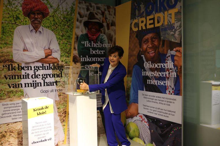 Jacobine Geel in het Gelukspakhuis bij een kluis met een Fairtrade chocolade-ei. Beeld Oikocredit