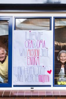 Roos (19) plakt poster op raam van opa en oma in Wamel: 'We willen jullie weer knuffelen!'