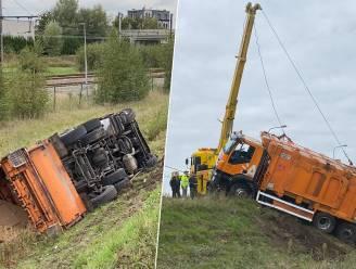 Vuilniswagen rijdt van Herenpolderbrug en belandt 6 meter dieper
