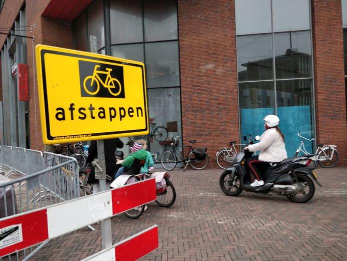 De situatie aan de Enschedesestraat is volgens Lokaal-Hengelo te gevaarlijk.