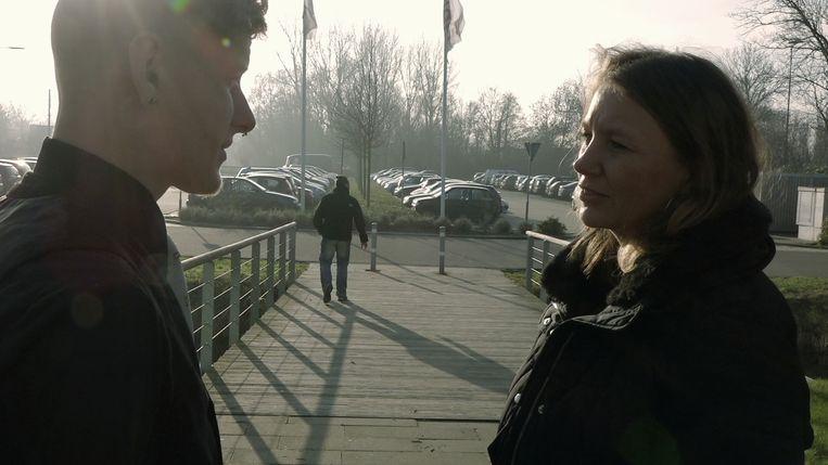 Mathijs (l), samen met zijn moeder. Op de achtergrond loopt zijn vader weg.  Beeld RV