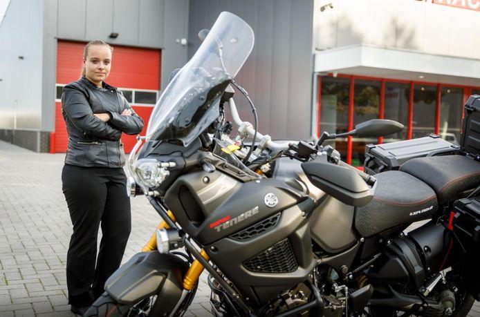 Naomi Lok bij een motor.