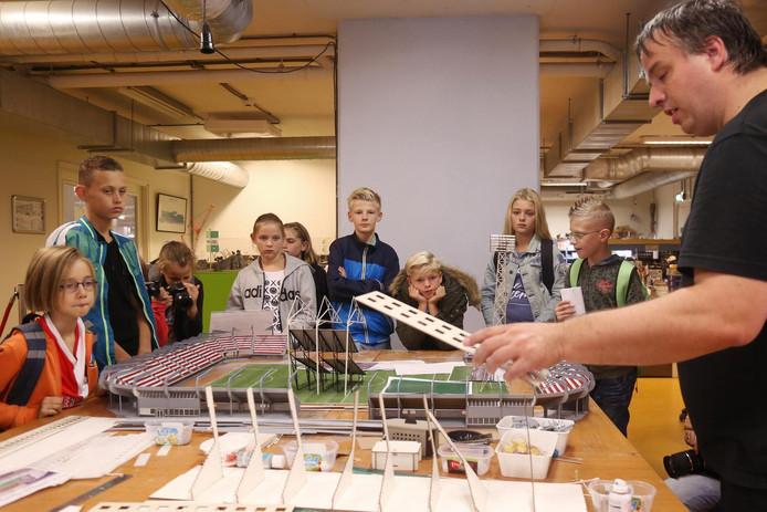 Leerlingen van de Kennedy-school in Hendrik-Ido-Ambacht krijgen in Miniworld tekst en uitleg hoe ze een nieuwe Kuip kunnen bouwen.