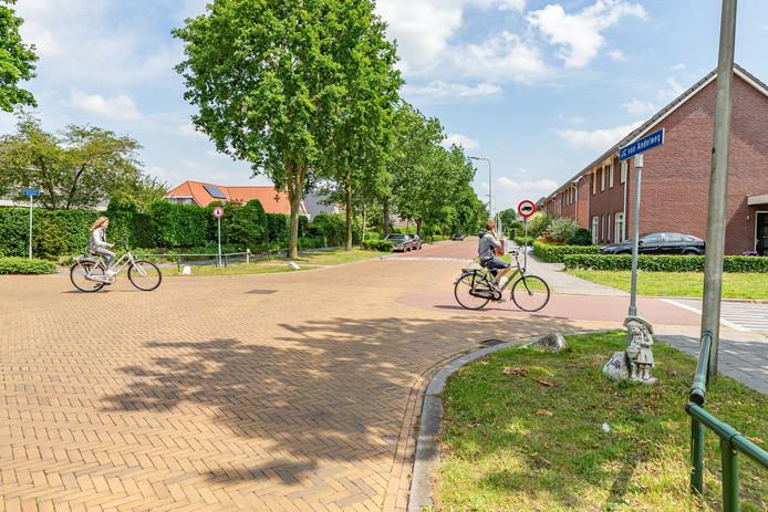 Burgemeester en wethouders van Staphorst voelen er weinig voor om de voorrangssituatie op de kruising van de J.C. van Andelweg met de Staphorster Kerkweg te veranderen door stopborden te plaatsen. Wel stelt het voor het vrijliggende fietspad weg te halen.