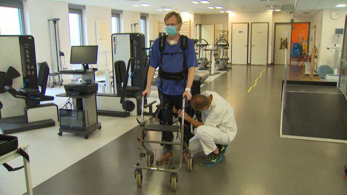 """Coronapatiënt lag zes weken in coma en revalideert nu met exoskelet: """"Ik kon niets meer"""""""
