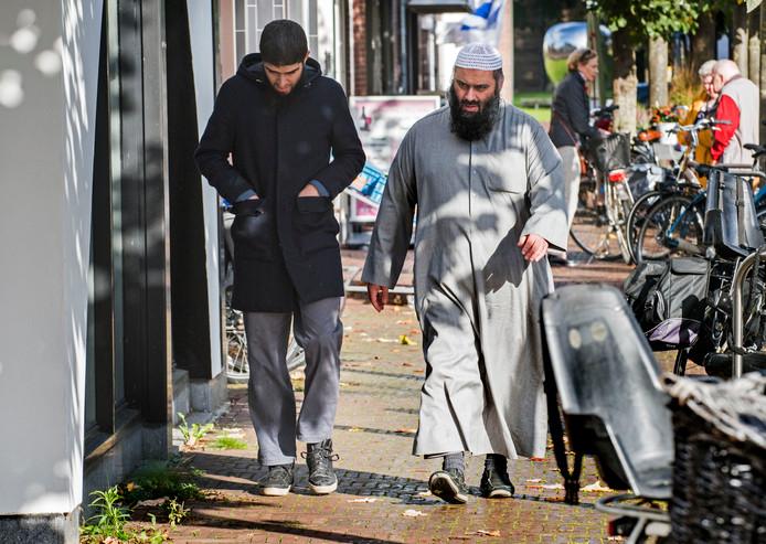 Imam Suhayb Salam van alFitrah komt aan bij het notariskantoor  waar hij de koopaktes ondertekent