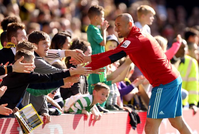 Heurelho Gomes schudt handen met Watford-supporters.