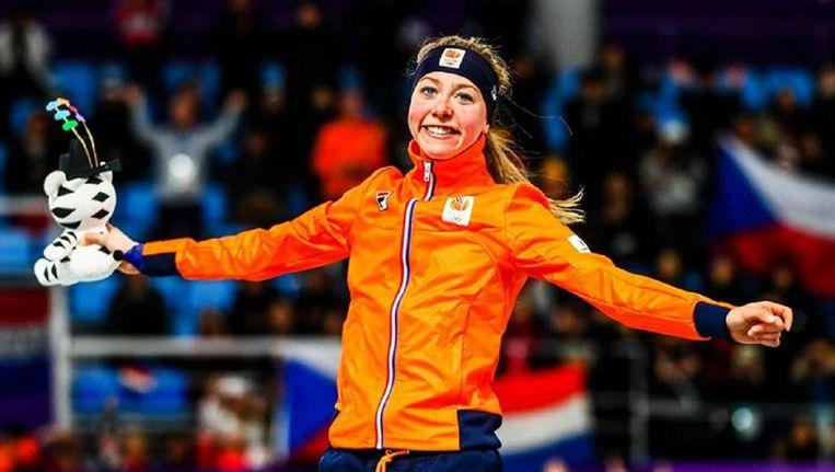 Esmee Visser viert haar olympische titel op de 5.000 meter. Beeld anp
