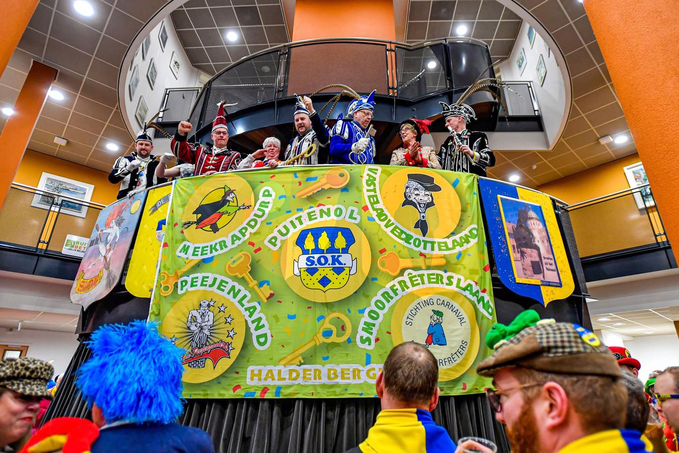 Vrijdagavond bij de sleuteloverdracht werd ook de nieuwe vlag met de logo's van de vijf carnavalsdorpen onthuld. De vlag hing bij de carnavalsmonumenten in de dorpen. Woensdag brachten de prinsen de sleutels weer terug.