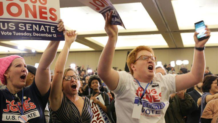 Aanhangers van de Democratische kandidaat Jones vieren zijn overwinning in Birmingham, Alabama. Beeld null