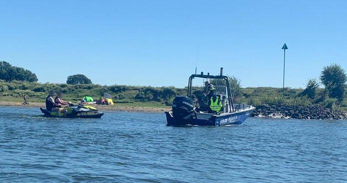 De politie was vrijdag met meerdere boten op de Maas aanwezig. Er werd flink gecontroleerd.