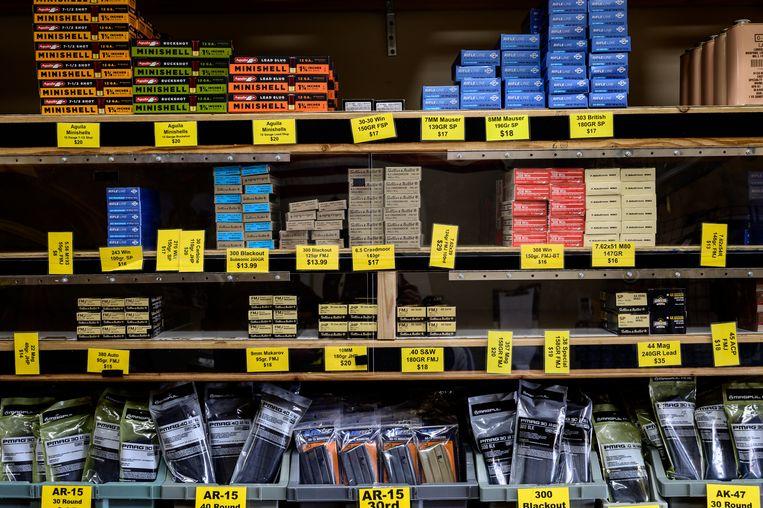 De schappen bij wapenwinkel Priority One. Beeld Cynthia van Elk