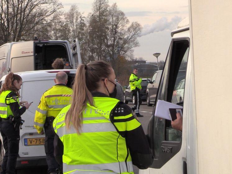 Politie zoekt naar illegaal vuurwerk in auto's op A12
