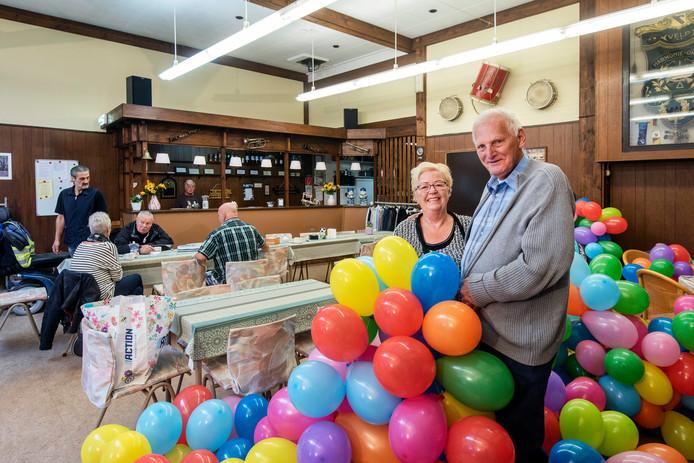 Anne en Ton Nieumeijer in hun nieuwe onderkomen. De ballonnen zijn alvast opgeblazen voor de opening van zaterdag.